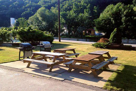 Ray Lyn Motel outdoor BBQ