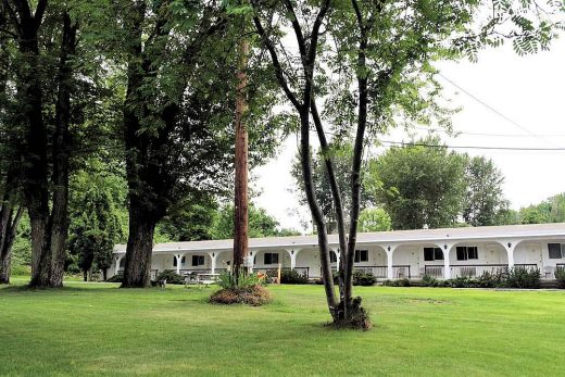 Ray Lyn Motel Grounds